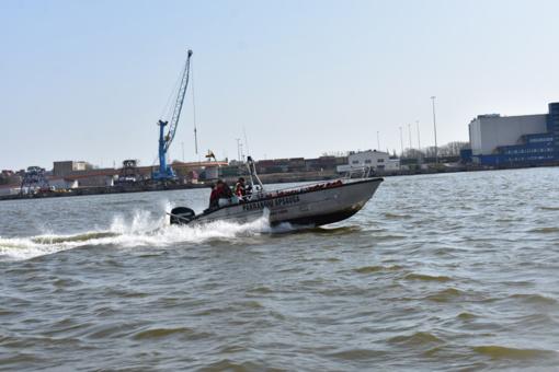 Kuršių mariose pasieniečių kateris skubėjo į pagalbą avariją patyrusiems žvejams