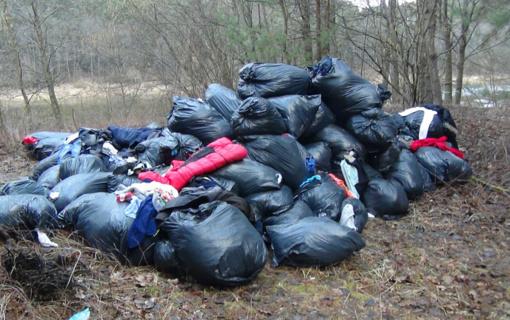 Alytaus rajone radus krūvą tekstilės atliekų, aplinkosaugininkai ieško, kas jas išmetė