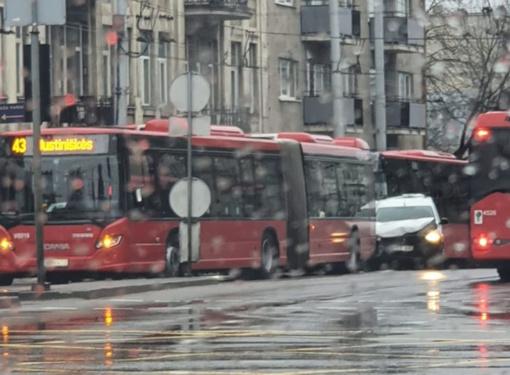 Sostinėje susidūrus dviem maršrutiniams autobusams ir automobiliui nukentėjo du vyrai