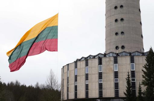 Artėjant Valstybės atkūrimo dienai Televizijos bokšte suplevėsavo milžiniška trispalvė