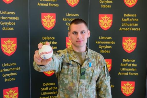 Iš Irako smėlynų – į beisbolo treniruotę: Lietuvos karys gimtinei atstovauja keliais būdais (vaizdo įrašas)