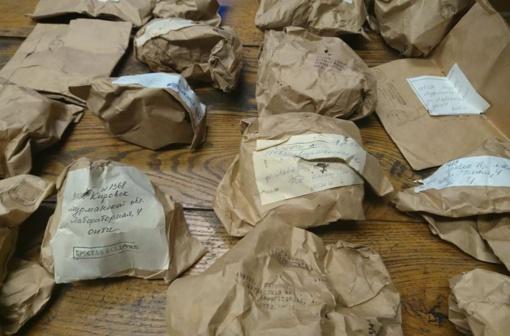 V. Into muziejuje rastas lobis su mineralais ir uolienomis