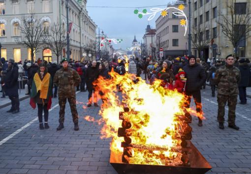 Sostinė Valstybės atkūrimo dienos šventę užbaigė 30 liepsnojančių Laisvės laužų