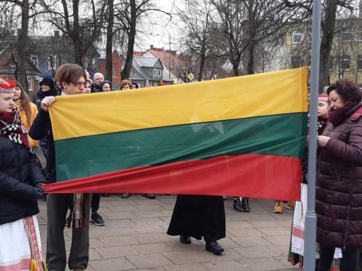 Virš Anykščių suplevėsavo dvi vėliavos
