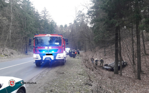 Vilniuje į griovį nuskriejo nesuvaldytas automobilis