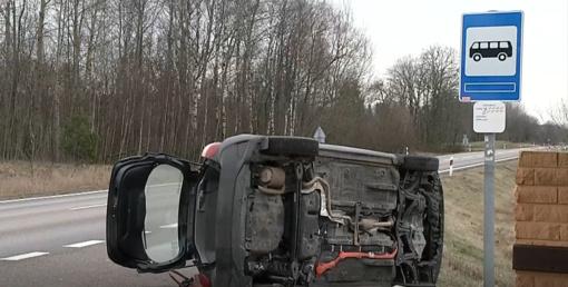 Trakų rajone galimai sutrikus vairuotojo sveikatai apvirto automobilis (vaizdo įrašas)