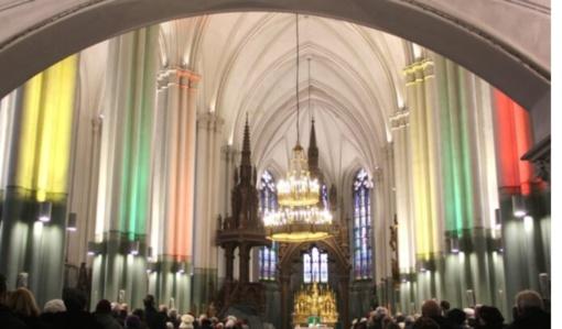 Valstybės dieną maldos namai nušvito trispalve