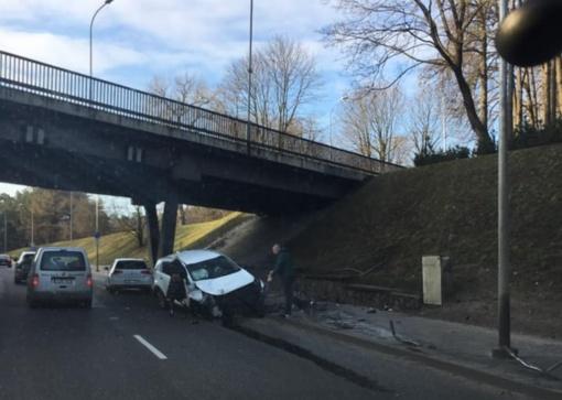 Vilniuje dėl avarijos Geležinio Vilko gatvėje formuojasi didelės spūstys