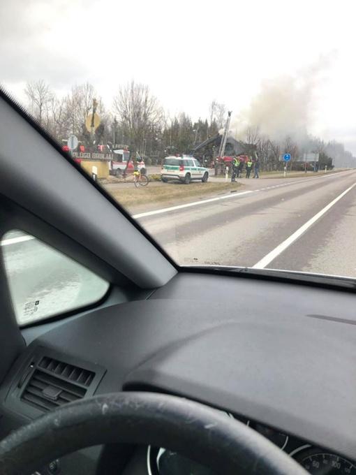 Joniškio rajone dega pastatas