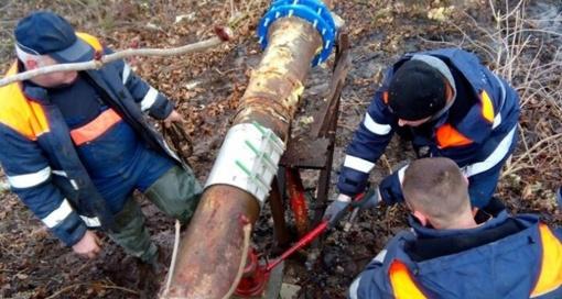 Galimai neatsargiai nupjautas medis pažeidė nuotekų vamzdį Želsvoje
