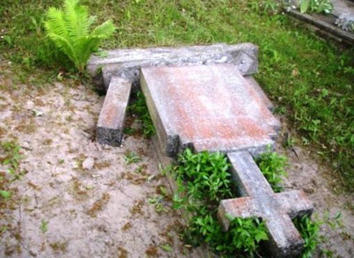 Policija nustatė, kas automobiliu įvažiavęs į kapines apgadino kapavietes