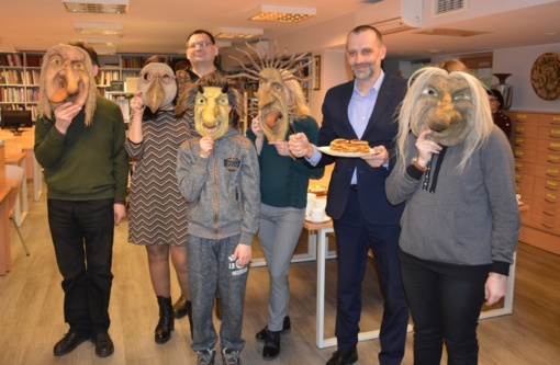 """Užgavėnių proga Varėnoje atidaryta medinių kaukių paroda """"Užgavėnių Ličynos"""""""