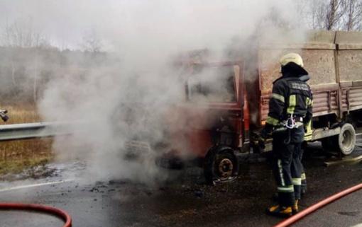 Ukmergės rajone užsidegė krovininis automobilis