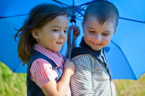 Briedis su begemotu pamokė vaikus, kaip įveikti pyktį ir dažniau šypsotis
