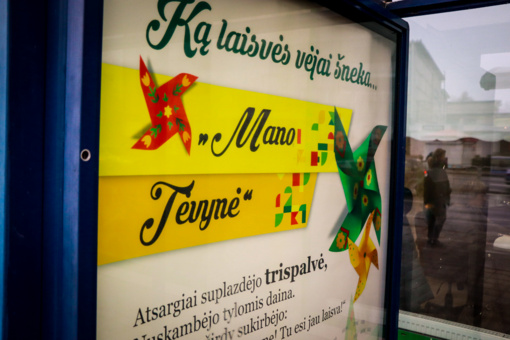 Šiaulių autobusų stotelėse – moksleivių ir senjorų bendri kūrybiniai darbai