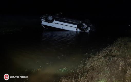 Merginos vairuojamas automobilis nulėkė nuo kelio