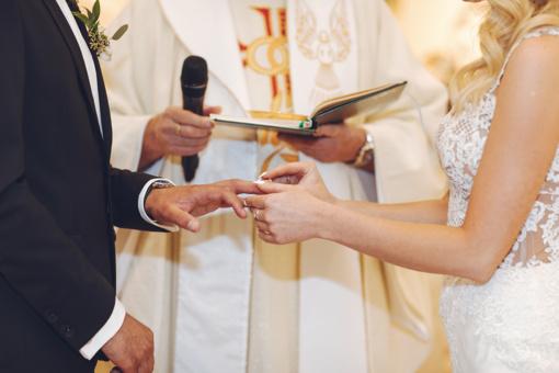 Kunigai siūlo santuokas ir krikštynas atidėti, užsakytos Mišios bus aukojamos