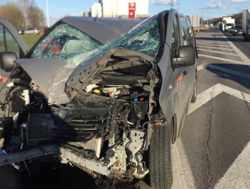 Kelyje Vilnius-Kaunas automobiliui įsirėžus į stulpą vienas žmogus atsidūrė ligoninėje