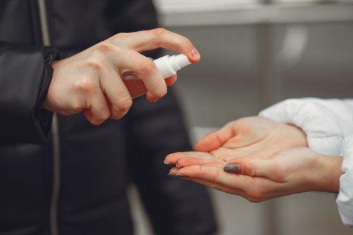 Ką daryti, jei bendravote su žmogumi, kuris susirgo koronavirusu?