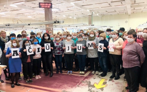 """""""Utenos trikotažo"""" darbuotojai per laisvadienį 10 000 kaukių siuva medikams"""