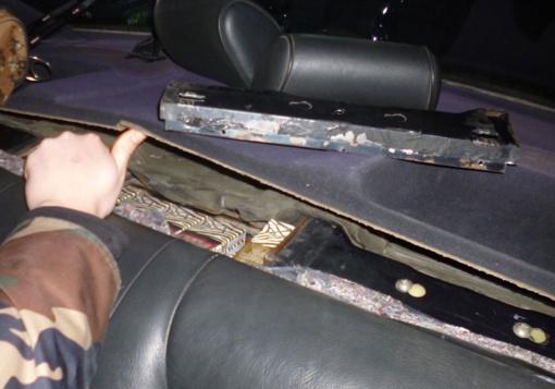 Kontrabandinius rūkalus vilnietis slėpė už galinės automobilio sėdynės