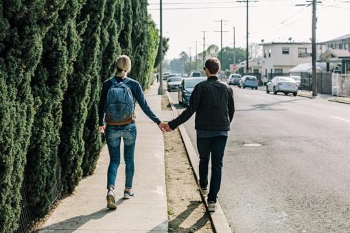 Siūlo viešosiose vietose neleisti vaikščioti daugiau nei po du asmenis