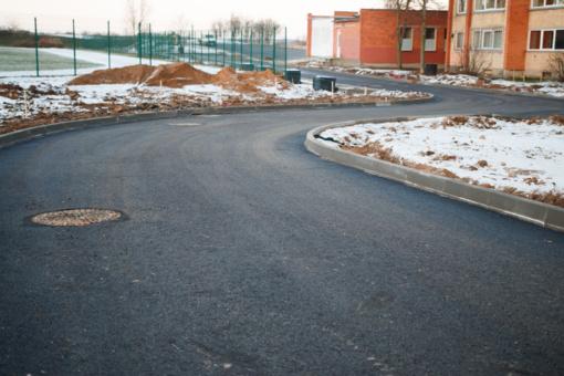 Bus asfaltuojamos naujos dangos – prašoma nestatyti automobilių