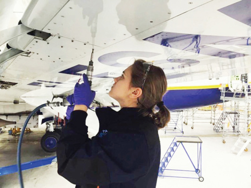 """Vyresnioji orlaivių mechanikė iš Agarinių: """"Lėktuvą sutaisyti galiu, o automobilio – ne"""""""