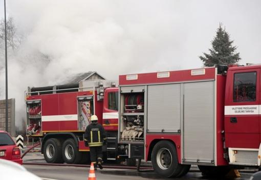 Ugniagesiai išgelbėjo namą ir senutę