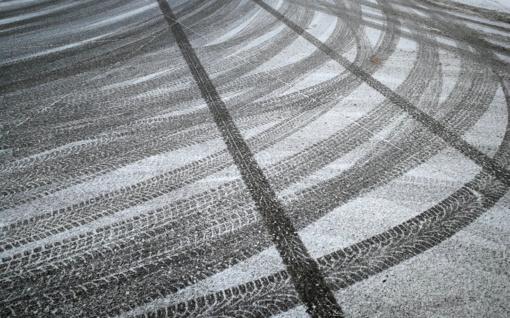 Keliuose yra slidžių ruožų, kai kur eismą sunkina snygis