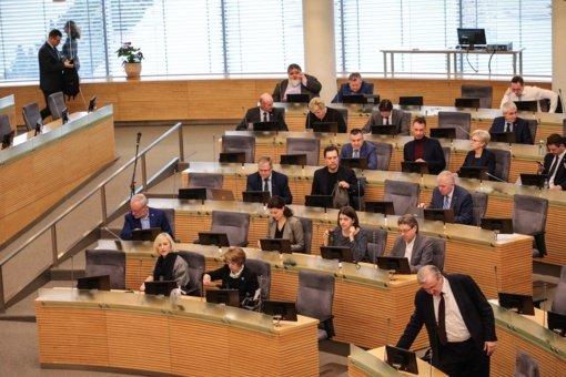 Prašoma taikyti administracinę atsakomybę COVID-19 sergančiai Seimo narių padėjėjai