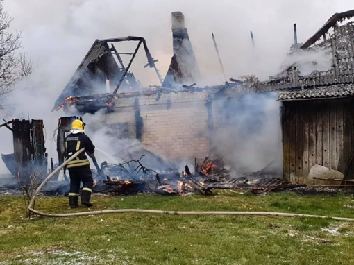 Siesikuose degė ūkinis pastatas