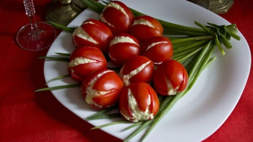 Tulpės iš pomidorų papuoš šventinį stalą