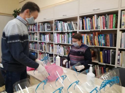 Bibliotekos 3D spausdintuvu gaminami rėmeliai medikų apsauginiams skydams