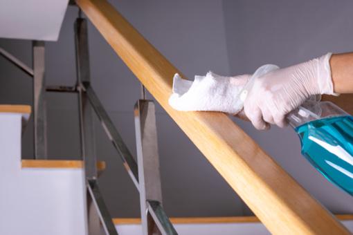 Molėtų mieste ir seniūnijose tęsiamas daugiabučių laiptinių dezinfekavimas