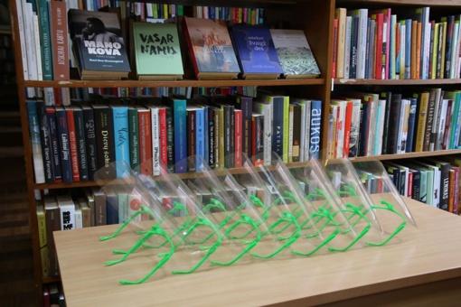 Vilkaviškio viešąją biblioteką pasiekė pirmoji siunta su plastikinių skydelių ruošiniais