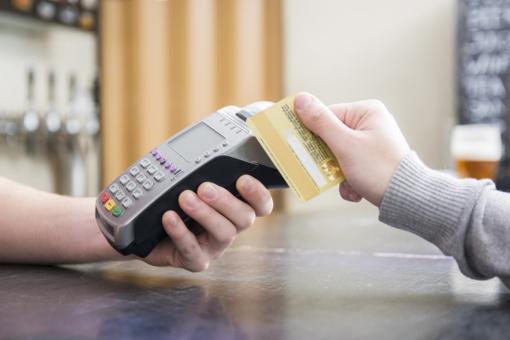 Girtas vyras parduotuvėje atsiskaitė ne savo kortele