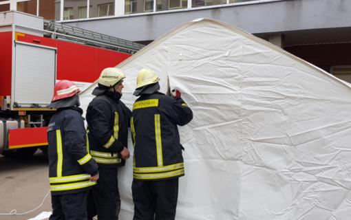 Ugniagesiai gelbėtojai prie Kauno ir Marijampolės ligoninių pastatė palapines