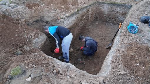 Mįslė archeologams: Šiaulių katedros šventoriuje - šeimos kapas su vaikų palaikais (galerija)