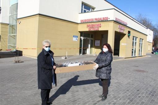 Viešoji biblioteka tęsia kilnią misiją: apsauginiai skydai perduoti Respublikinės Šiaulių ligoninės Radiologijos skyriui