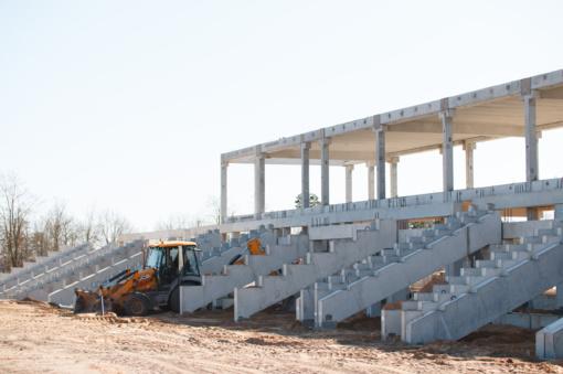 Tęsiasi darbai Jonavos stadiono statybvietėje