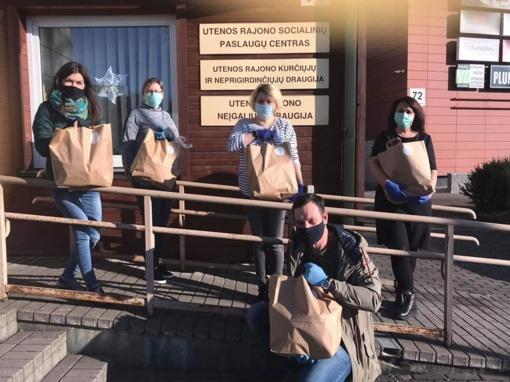"""""""Utenos trikotažas"""" tiesia pagalbos ranką – išdalino maisto paketus sunkiai besiverčiantiems žmonėms"""