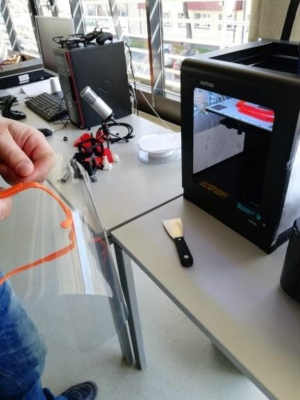 Biblioteka su 3D spausdintuvu gelbėja Utenos medikams