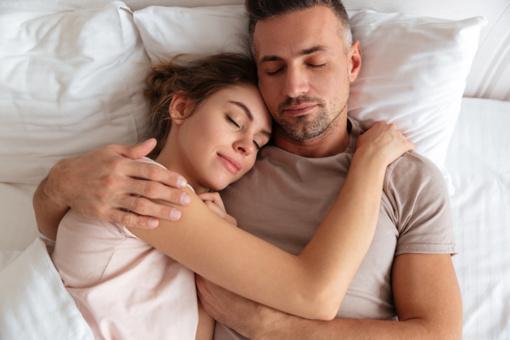 Klausytojai kviečiami  kūrinį patirti miego būsenoje