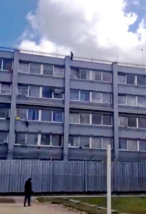 Protestas nuteistąjį užvijo ant stogo