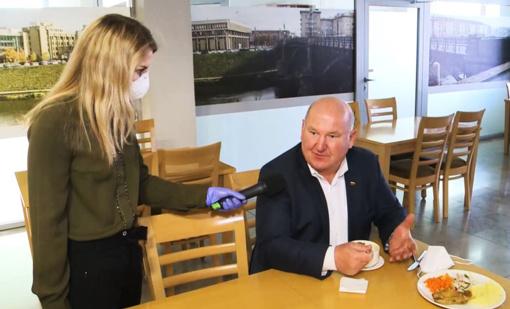 Karantino sąlygos galioja ne visiems: panevėžietis Seimo narys pričiuptas pietaujantis valgykloje