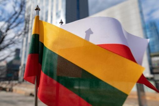 Minint Smolensko tragedijos dešimtmetį – pagarbos vėliavos Lecho Kačynskio gatvėje Vilniuje