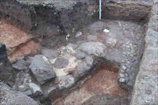 Ant Ukmergės Pilies kalno archeologai aptiko bokšto ir kitų pastatų liekanų