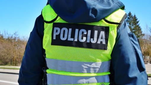 Drama Mažeikių rajone – prie degančio namo ginkluotas vyras apšaudė policijos pareigūnus