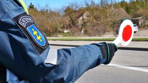 Kelmės rajone neblaivus vairuotojas tikėjosi išsisukti duodamas pareigūnams kyšį